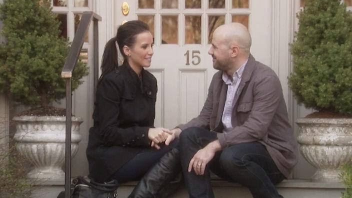 Man och kvinna pratar framför dörr