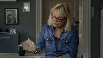 Gitte håller en konvex platta i handen
