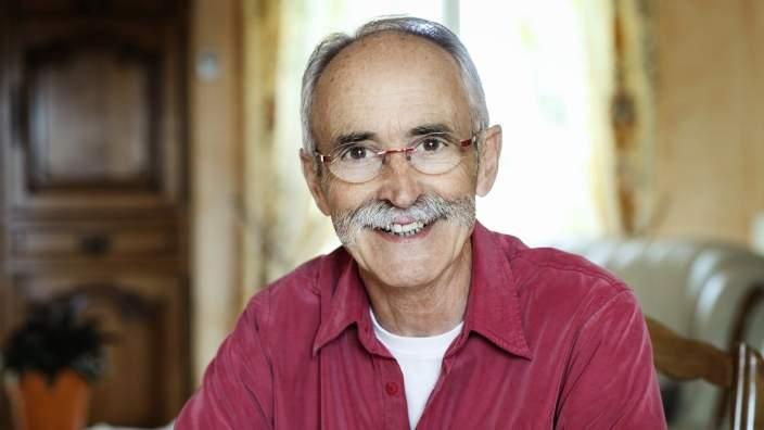 Möt Mr. Fernandez som hanterar sin urininkontinens med en lösning från Conveen®.