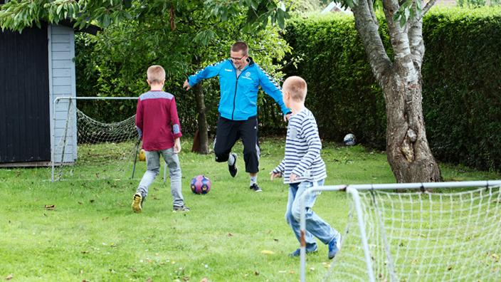 Sören spelar fotboll med sina söner